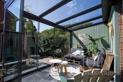 So richten Sie Ihre Terrassenüberdachung in fünf Schritten als Lounge-Bereich ein