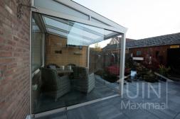 Gumax® klassischer Überdachung in Weiß von 3,06 x 2,5 Metern mit Opal-Polycarbonatdach und Glasschiebewänden