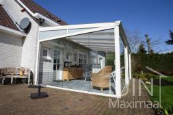 Klassischer Gumax® Überdachung in matt weiß von 6,06 x 4 Metern inklusive Glasschiebewänden