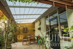 Klassischer Gumax® Terrassenüberdachung in weiß von 5,06 x 2,5 Metern mit Glasdachplatten inklusive automatischer Sonnenschutz