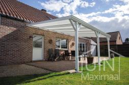 Klassischer Gumax® Terrassenüberdachung in weiß von 6,06 x 3,5 Metern mit IQ-relax polycarbonatdach inklusive stützen