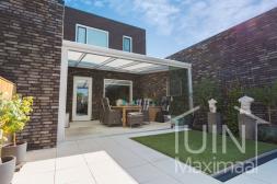 Moderner Gumax® Terrassenüberdachungin matt weiß von 5,06 (gekürzt) x 4 Metern mit einem Opal-Polycarbonatdach inklusive Glasschiebewand
