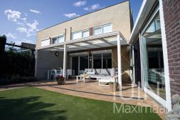 Klassischer Gumax® Terrassenüberdachung in weiß von 6,06 x 3 Metern mit Klarglasdachplatten inklusive Gumax® Sonnenschutz