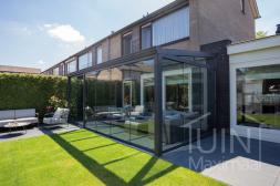 Gumax®Klassische Terrassenüberdachung mat anthrazit 6 meter mit glasschiebewanden