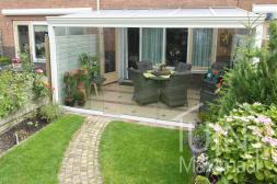 Gumax® klassischer Überdachung in weiß mit Glasschiebewänden