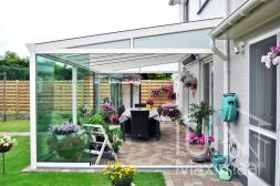 Gumax® klassischer Terrassendachg in matt weiß mit Glasschiebewänden