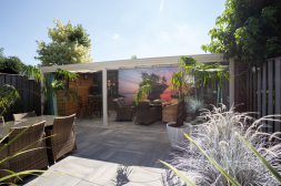 Gumax® klassischer Terrassenüberdachung in weiß mit Glasschiebewänden