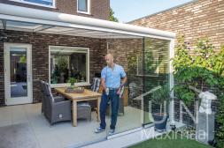 Gumax® moderner Terrassenüberdachung in Weiß mit Opal-Polycarbonatdach inklusive Glasschiebewand