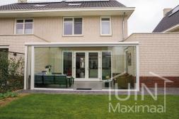 Gumax® moderner Terrassenüberdachung in matt weiß mit Glasschiebewand