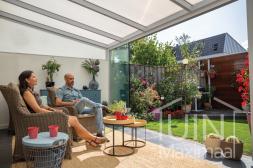 Moderner Gumax® Überdachung in matt weiß von 4,06 x 3,5 Metern mit einem IQ-relax Polycarbonatdach