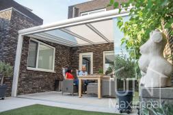 Moderner Gumax® Terrassendach in matt weiß von 5,06 (gekürzt) x 4 Metern mit einem Opal-Polycarbonatdach inklusive Glasschiebewänden