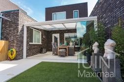 Moderner Gumax® Überdachung in matt weiß von 5,06 (gekürzt) x 4 Metern mit einem Opal-Polycarbonatdach inklusive Glasschiebewand