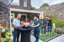 Moderner Gumax® Terrassenüberdachung in matt weiß von 5,06 (gekürzt) x 4 Metern mit einem Opal-Polycarbonatdach inklusive Glasschiebewand