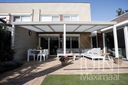 Klassischer Gumax® Terrassenüberdachung in weiß von 6,06 x 3 Metern mit Klarglasdachplatten inklusive Sonnenschutz