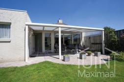 Moderner Gumax® Terrassenüberdachung in weiß von 6,06 x 3 Metern mit Klarglasdachplatten inklusive Gumax® Sonnenschutz