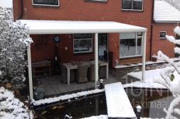 Moderner Gumax® Terrassendach in matt weiß im Schnee