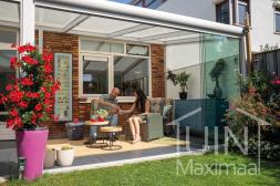 Moderner Gumax® Wintergarten in matt weiß von 4,06 x 3,5 Metern mit einem IQ-relax Polycarbonatdach