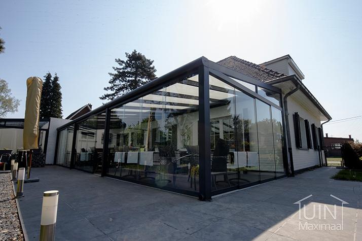 restaurant mit terrassenuberdachunt mit polycarbonat dach und glasschiebewanden